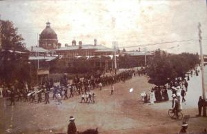 Procession welcoming the Coo-ees to Bathurst, 28/10/1915. Photograph courtesy Margaret Murden and Dorothy Clampett.